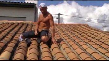 El obrero se casca una buena paja encima del tejado