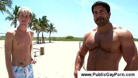 video relacionado La polla de este chico musculado es mucho para ti!
