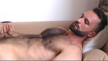 Atractivo oso gay se pajea pensando en su compañero de oficina